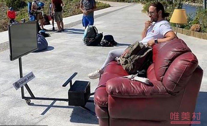 土耳其男子坐沙发飞上天