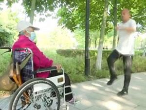 大叔学鬼步舞给83岁母亲解闷 原来背后有这么感人的故事