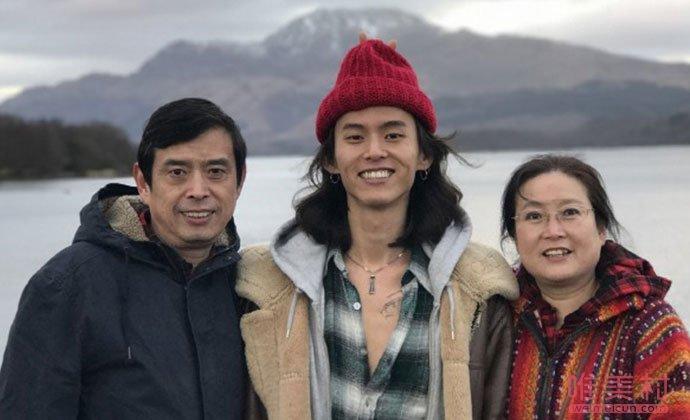 杨英格与父母合照