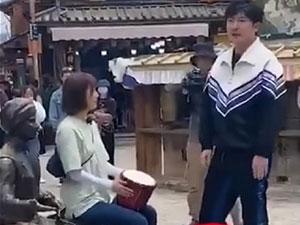 郭京飞王珞丹坐雕塑踩石碑 不文明行为引吐