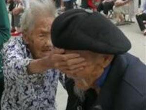 爷爷抽血奶奶帮捂眼 被100岁奶奶的一番话看