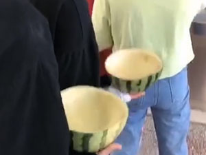 拿西瓜皮到食堂打饭