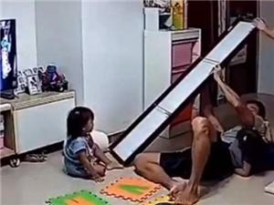 穿衣镜被碰倒爸爸飞身护娃 网友:太惊险了
