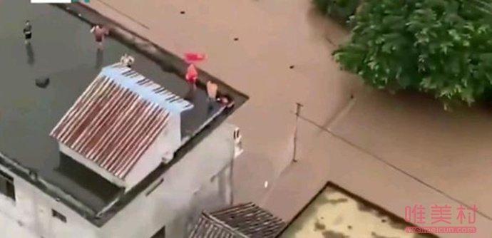 村民被洪水围困屋顶挥旗求救 四川一乡村成孤岛(原创)