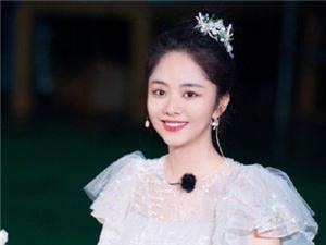 谭松韵玻璃糖纸公主裙 宛如童话中的公主