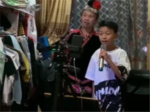 12岁少年直播赚钱养家 给母亲还信用卡