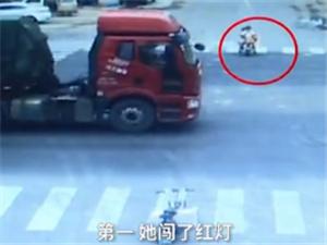 女子骑电动车闯红灯 车上的儿子突然跳车被撞