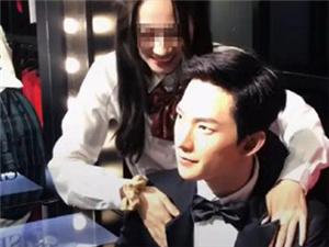 杨洋蜡像被性骚扰 网友怒骂该女粉丝好猥琐