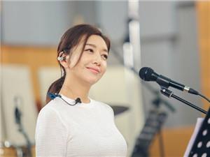 53岁江珊新恋情曝光 被男演员田小洁高调告