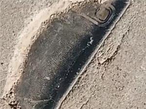 男子遛弯发现3年前丢的手机 手机被镶在水泥路路中