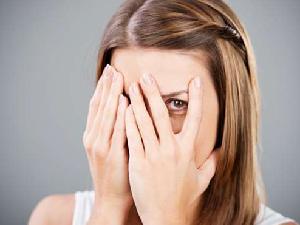 女子因不想和熟人打招呼 竟装瞎28年
