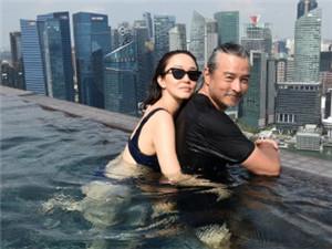 范文芳晒跟老公李铭顺水中热吻照 穿深V泳衣