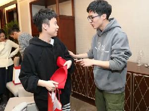 刘昊然被指不尊重女性 在公众场合送女士内