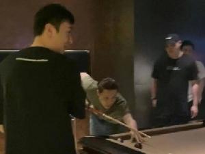 网友偶遇张艺兴王思聪打台球 奇妙的朋友圈