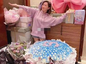 佘诗曼生日粉丝送528朵玫瑰花 佘诗曼亲自把