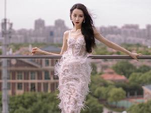 迪丽热巴白色蕾丝镂空羽毛裙造型引争议 被