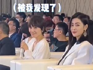 袁泉与张天爱同框热聊 发现被拍对镜比耶太