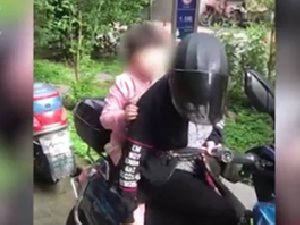 9岁女孩患天使综合征 奶奶将患病孙女绑在身上看病