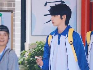 刘耀文加盟萌探探探案 一身蓝白色的校服青