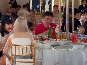 王思聪带两位美女参加好友婚礼 大手笔随礼8