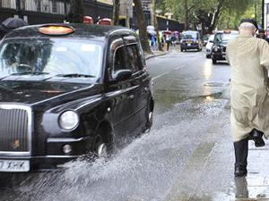 开车溅人一身水是违法