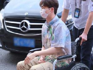 陈立农坐轮椅被工作人员推着 陈立农怎么了