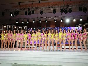 24名港姐参加佳丽泳装环节大秀好身材 肌肤