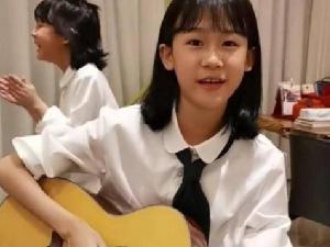 鲍蕾晒贝儿弹吉他视频 12岁贝儿超像爸爸陆