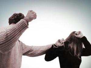 怎么判断一个人是否有家暴倾向 你需要注意以下三点