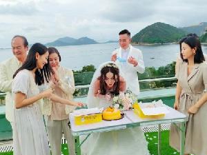 55岁温碧霞分享生日派对照 狄龙陈豪等好友
