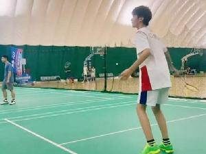 张亮晒儿子打羽毛球视频 13岁天天化身运动