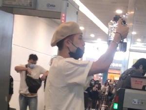 王嘉尔版人在囧途 机场安检口喝完一桶水