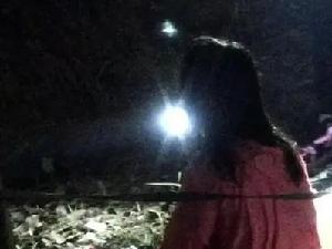 女子深夜漂浮在河面等